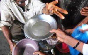 Platos vacios extendidos hacia una persona a manera de petición de alimento