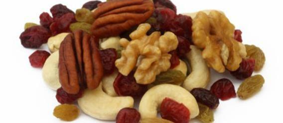 Puñado de frutos secos (almendras, pistaches, nueces, cacahuates en su forma natural, piñones, orejones, dátiles, higo seco, ciruela pasa, etc.)