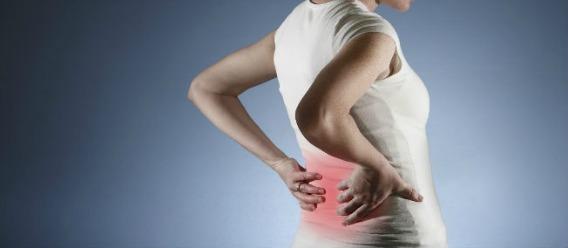 Mujer de espaldas con dolor en riñones