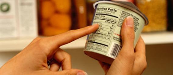 Producto entre las manos de un consumidor que revisa información en el etiquetado