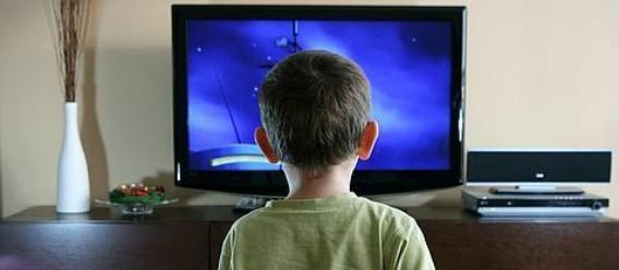 Niños mexicanos pasan 54% más horas viendo la tele que en la escuela