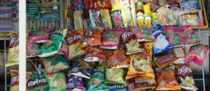 Puesto callejero con chuchulucos o comida chatarra
