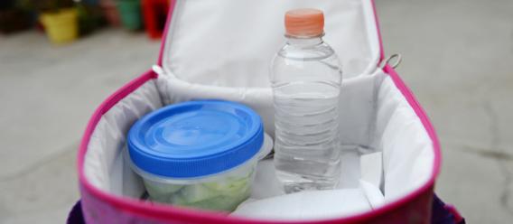 Lonchera con una botella de agua
