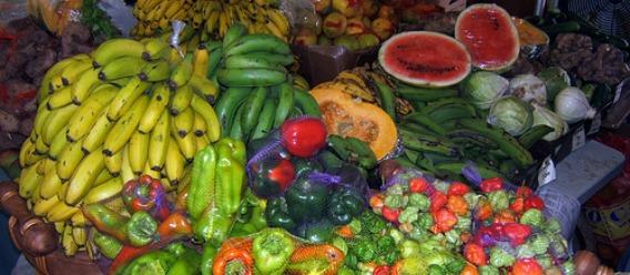 Puesto de mercado local con frutas y verduras