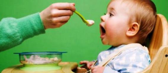 Bebé por recibir una cucharada de comida