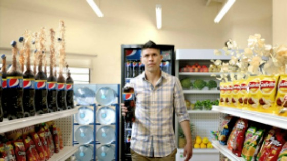 El futbilista Oribe Peralta anunciando Pepsi