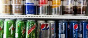 Refrigerador con refrescos en lata