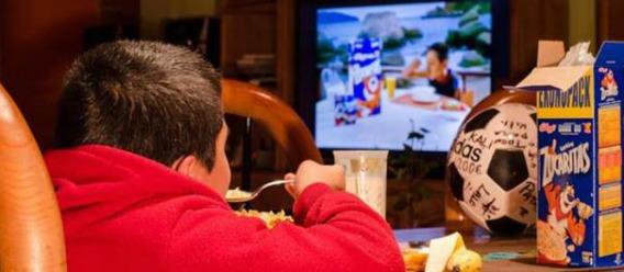 Restringen publicidad de comida chatarra para niños en TV y cine