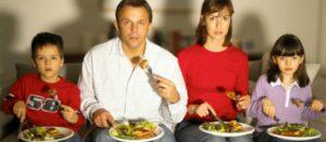 Apagar la televisión durante la comida puede beneficiar la salud de niños y niñas