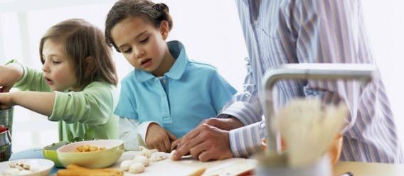 ¡Esta temporada de fiestas invita a niños y niñas a cocinar!