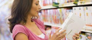 Mujer viendo etiquetado de producto en supermercado