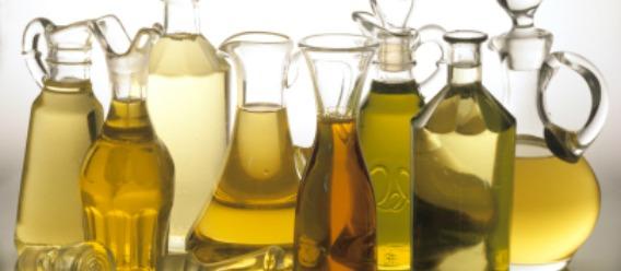 Aceites diversos en botellas diversas sin marca alguna