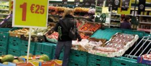 Informe británico sugiere un impuesto sobre bebidas azucaradas para reducir precio en frutas y hortalizas
