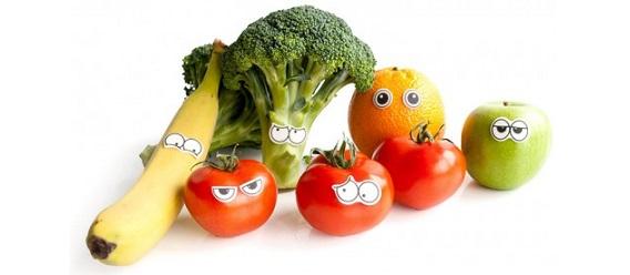 Platano, coliflor, naranja, pera y tomates rojos o jitomates adornados con ojos pegados para volverlos animados y divertidos