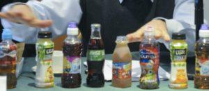 Bebidas azucaradas especialmente dirigidas a niños y niñas sobre la mesa