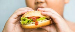 Acusan a YouTube Kids de promover la comida chatarra para niños
