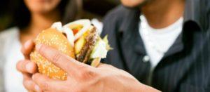 Advierten sobre otro 'ingrediente' nocivo de la comida chatarra