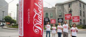 Colocamos lata de refresco de 5 metros frente a Secretaría de Salud para exigir acciones urgentes contra diabetes