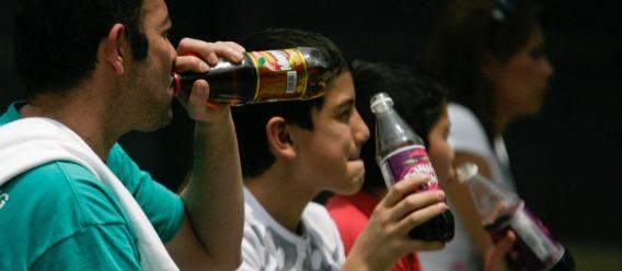 Sectores con pobreza redujeron consumo de refrescos tras impuestos: estudios