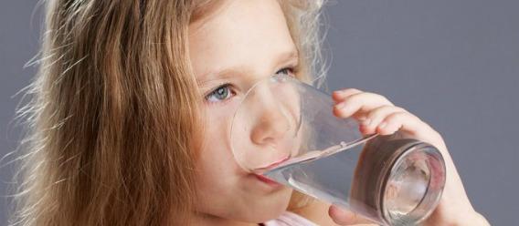 Con agua y bebidas lácteas, los niños toman menos refrescos azucarados
