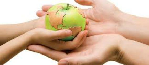 El planeta Tierra en forma de manzana que pasan de las manos de un adulto a las manos de un niño