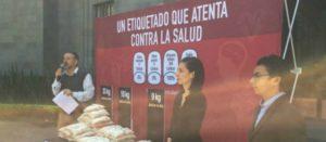 Acción pública de El Poder del Consumidor —organización integrante de la Alianza por la Salud Alimentaria— en la Secretaría de Salud mostrando que el etiquetado actual de alimentos atenta contra la salud