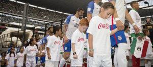 ¡Únete a nuestra petición que pide evitar el uso de niñas y niños para publicitar productos que dañan su salud en partidos de futbol o eventos deportivos!