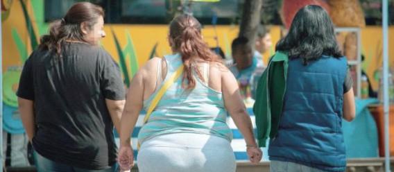 Mujeres con sobrepeso y obesidad de espaldas