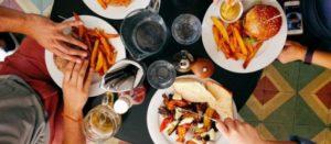Hallan componente de plástico en comidas de restaurantes