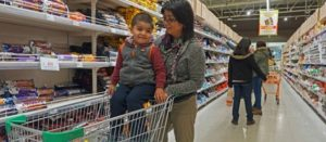 """En un alargado pasillo lleno de cereales y golosinas, Carin explica que no tiene otra opción que comprar y darle a su hijo esta """"comida chatarra"""""""