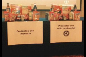 Mesa con productos chatarra que tienen sello nutrimental en México