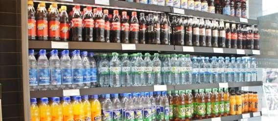 estante con bebidas embotelladas (refrescos y agua)