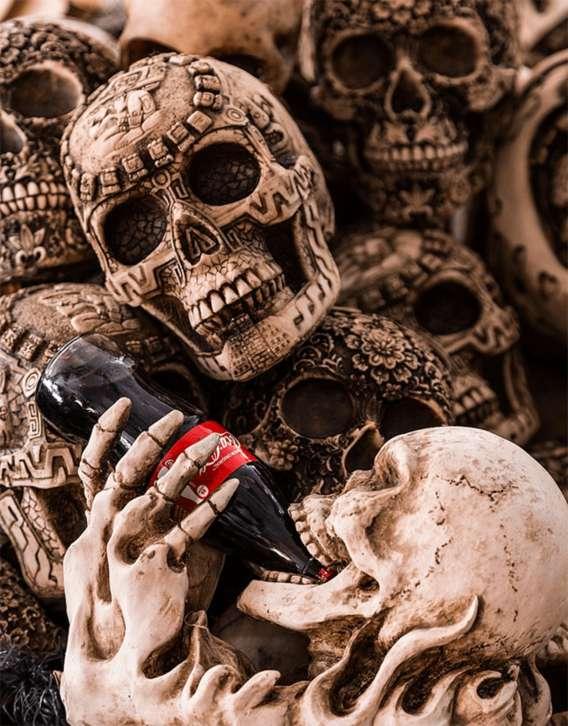 Retrato de una serie de calaveras con una Coca-Cola del fotógrafo mexicano Tomás Castelazo