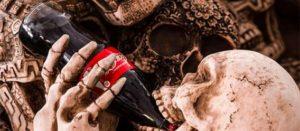 fragmento de la imagen de una serie de calaveras con una Coca-Cola del fotógrafo mexicano Tomás Castelazo