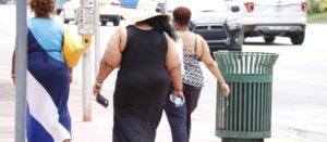 Mujeres obesas caminando por la ciudad