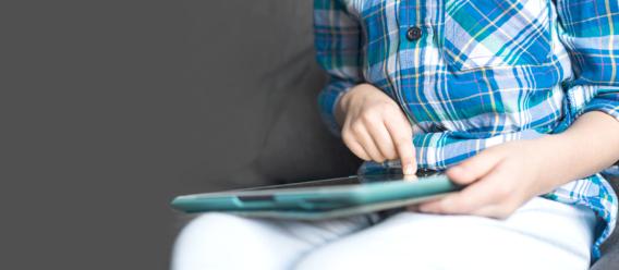 Joven sentada utilizando una tableta electrónica