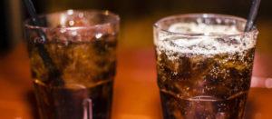 dos vasos con refresco de cola y hielo