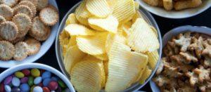 Tazones con alimentos ultraprocesados (papas fritas, galletas saladas y dulces, etcétera)