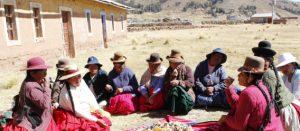 Mujeres de grupos originarios del Perú compartiendo el alimento