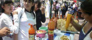 Escolares comprando papas fritas