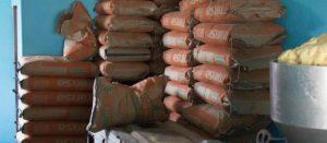 costales de harina de maiz juanto a la máquina de una tortillería
