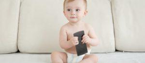 Bebé con un teléfono móvil
