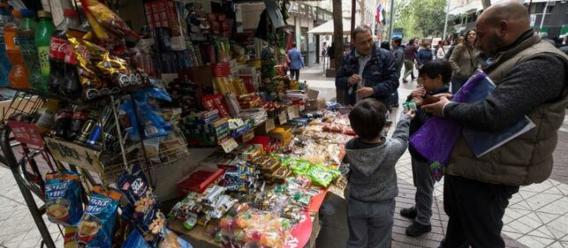 Puesto callejero con alimentos chatarra