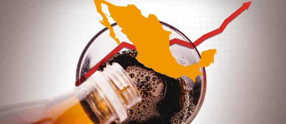 Gráfico que ilustra el incremento en el consumo de refrescos en México con un vaso de resfresco, un mapa de México y una línea de crecimiento