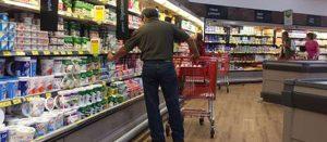 Personas seleccionando productos en frigoríficos del súper