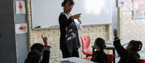 Maestra y niños en un aula escolar