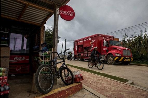 Camión repartidor y tienda con publicidad de Coca-Cola en San Juan Chamula, Chiapas