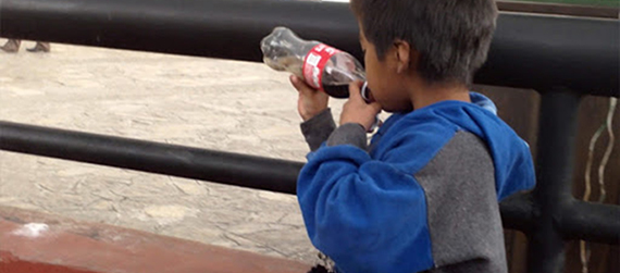 Niño tomando una Coca-Cola