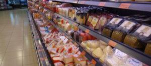 Refrigerador con quesos en supermercado