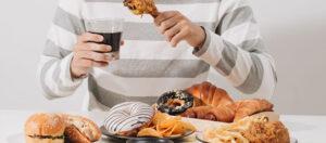 Alimentos con grasas trans (pollo frito procesado, galletas, pasteles y pan dulce industrializado, margarinas, pizza congelada, palomitas de microondas, papas fritas industrializadas y cremas para el café)